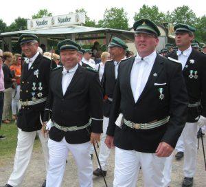 Die drei Königsaspiranten der 1. Kompanie marschieren zum Schießstand