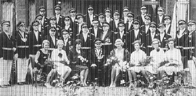 Königspaar Fritz I. und Anneliese I. mit Hofstaat und Offizieren
