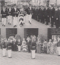 Königspaar Wilhelm II. (Tovar) und Gertrud I. (Große-Bremer) schreitet die Front ab