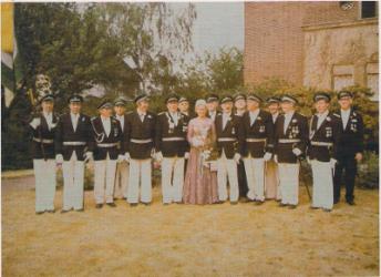 Königspaar mit Offizieren
